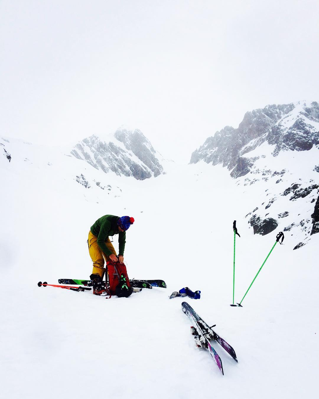 The immense white // two hours climbing up, 15 min down. Priceless skiing at #chamonix . #eurotrip #mafiabags