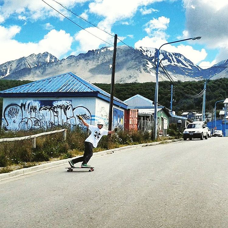 Una de nuestro viaje a Ushuaia en 2014, Claudito en el Freeride Point, probando grip, set #WikaSport.  #andarxandar #longboarding #Argentina