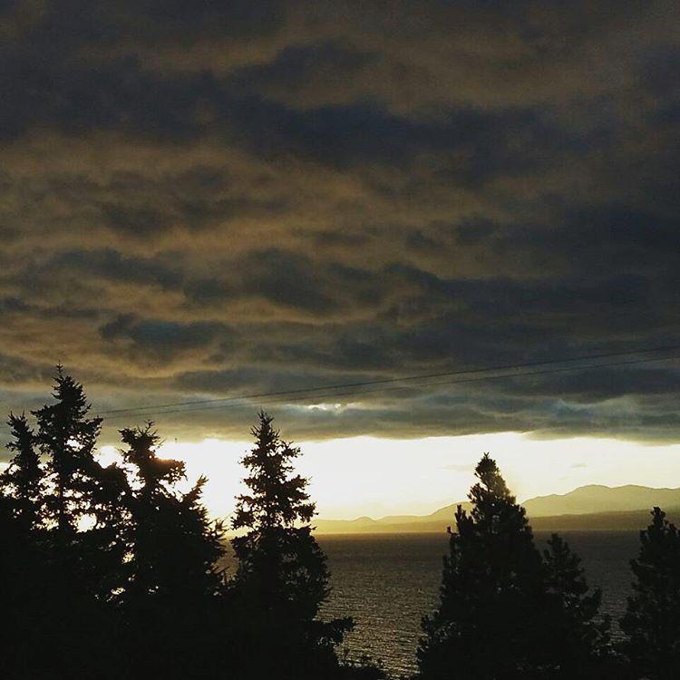 Se nos viene el agua! Dicen el porteño... cuando son nubes de frio. (Foto de mi hna). #agean_fotografia #atardecer #sunset #surargentino #neuquen #frio #argentina_ig #arte_of_nature #ig_great_pics #estaes_america #argentina #hermoso #creacion #pinos...