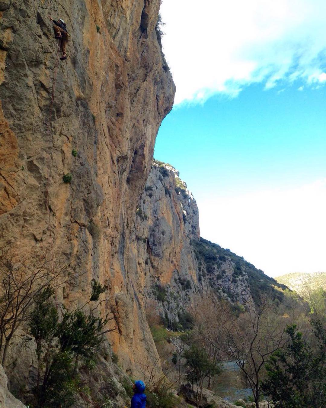 Día de escalada, conociendo nuevos lugares, zarpado!! #livethesearch #embajadordelosandes #rocaoplomo #climbing #spain