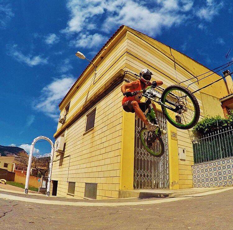 @borjaperezdh nos desea un excelente fin de semana desde #valencia