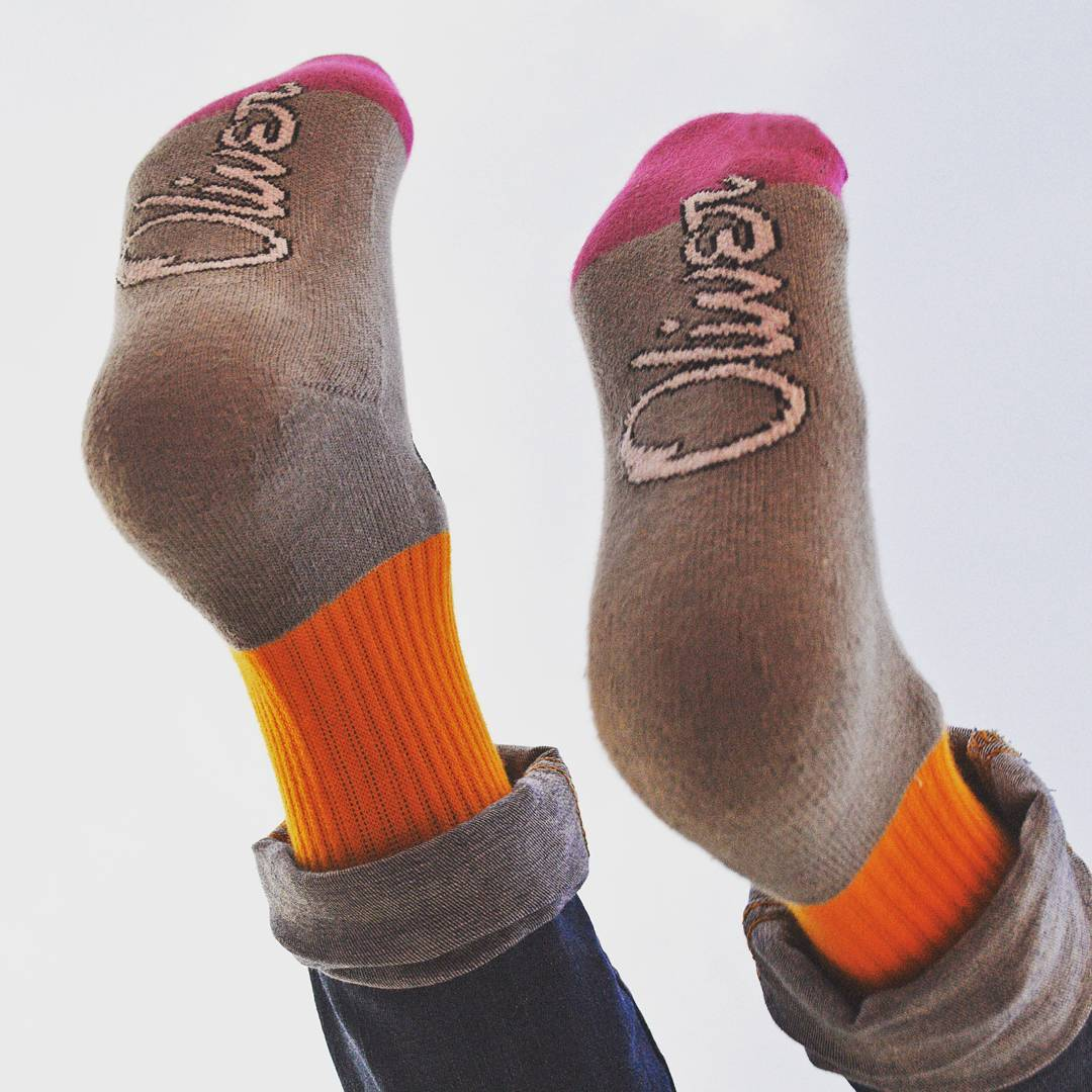 Viernes a la noche, dejate caer al fin de semana con #OliverSocks en tus pies.  Link en bio para adquirir tus #Oliver. . . #OliverSocks #Medias #Socks #Color #Diseño #Sahara #Viernes #Plop
