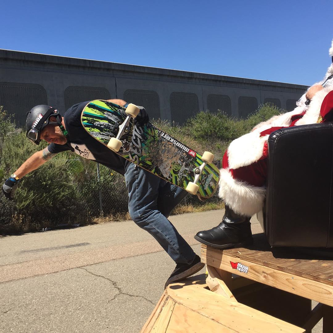 #sector9 #bossman @sk8withbudro jeffbudro Gettin up close with @coastlongboarding striker Santa at the #downhilldisco2016 #lyphotochallenge