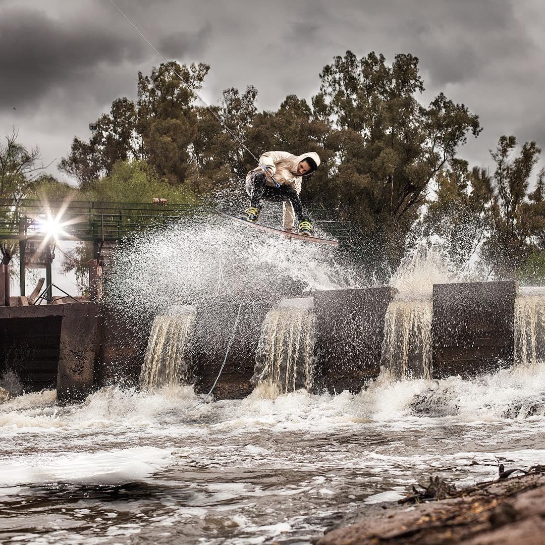 @gonzalezluc en uno de tantos spots que inventa para #WINCHEAER  #lifeiswow #riderwow #wakeboard