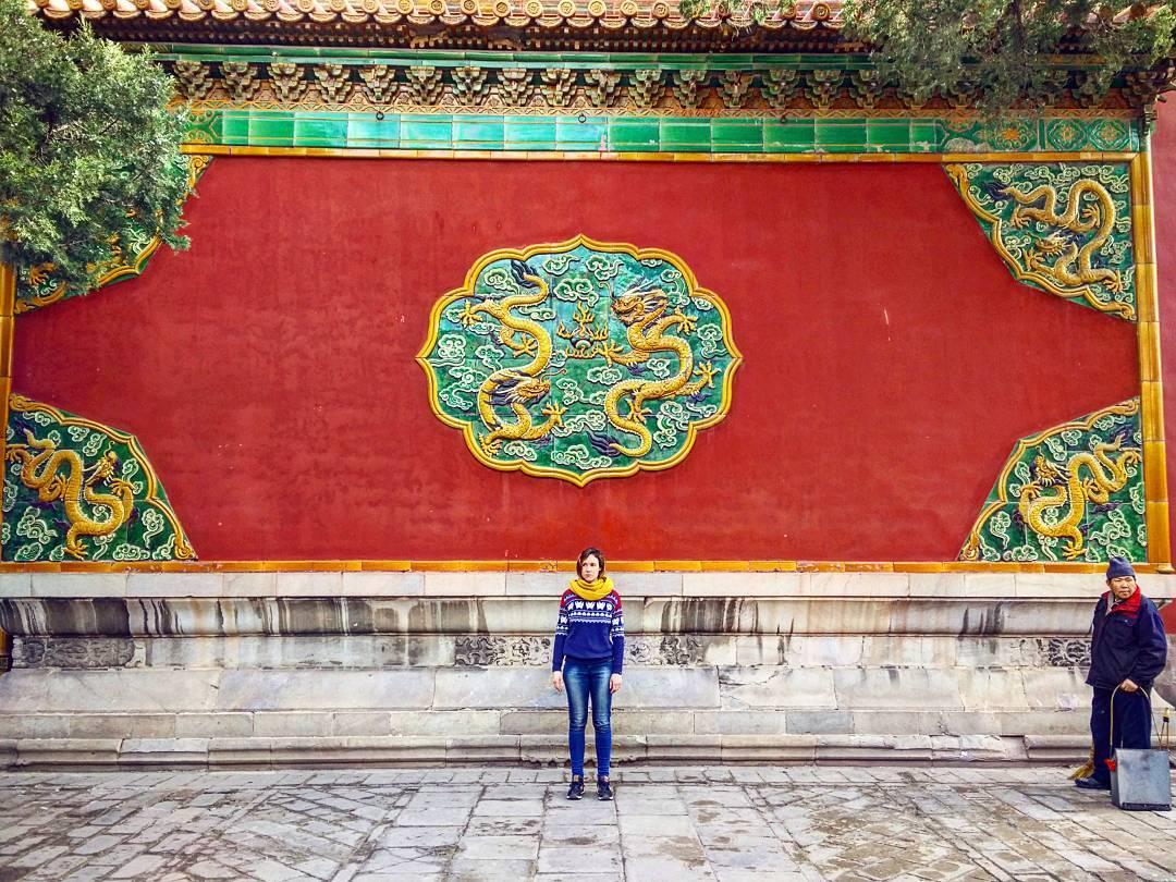 Esta es una foto en China, para decir que estuvimos los últimos días sin Internet (o con Internet chino que es casi lo mismo) y que ahora que salimos de China nos pusimos a leer sus casi 2000 respuestas de la encuesta. Muchas gracias por tanto amor, ...