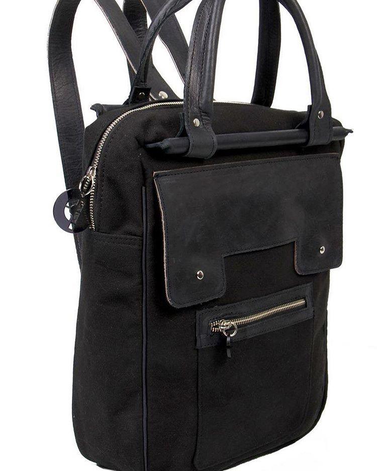 Nuestra #bagpack #mochila13 #negra #lonetaycuero #tecnología #techno