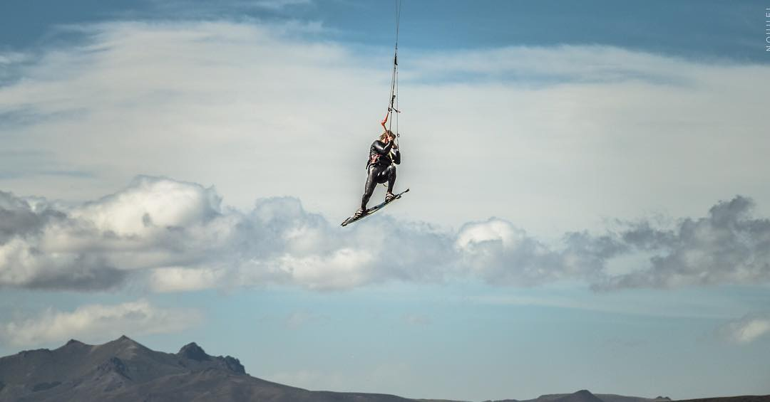 Flying. Rider: @fermiller_kitesurf Ph: #nouuei #patagonia #fly #kite #nahuelhuapi #bariloche #kitesurf #varikites