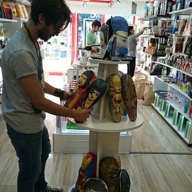 Osvaldo (?) o su hermano gemelo, eligiendo productos en el nuevo local de @busca_un_regalo #osvaldo #regalos #jagger #paulstanley