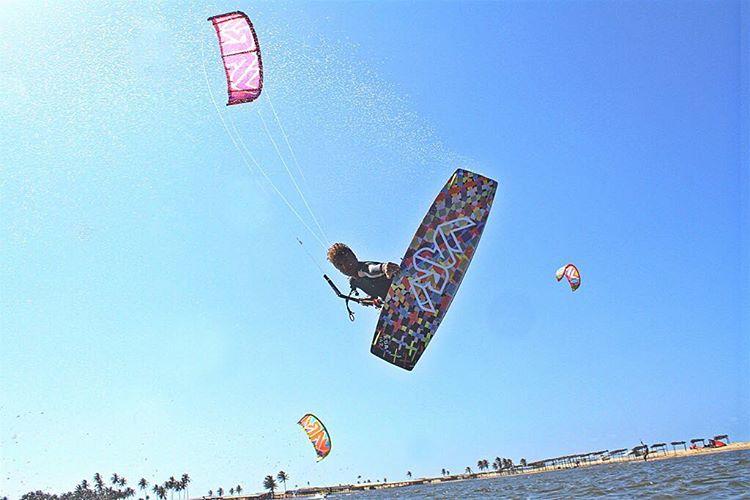 @fernandes_official style! Ph: @kiteboarding_brazil #style #kite #cumbuco #kitesurf #cumbuco #rider #ridertricks #freestyle #pro #k2 #koa #varikites
