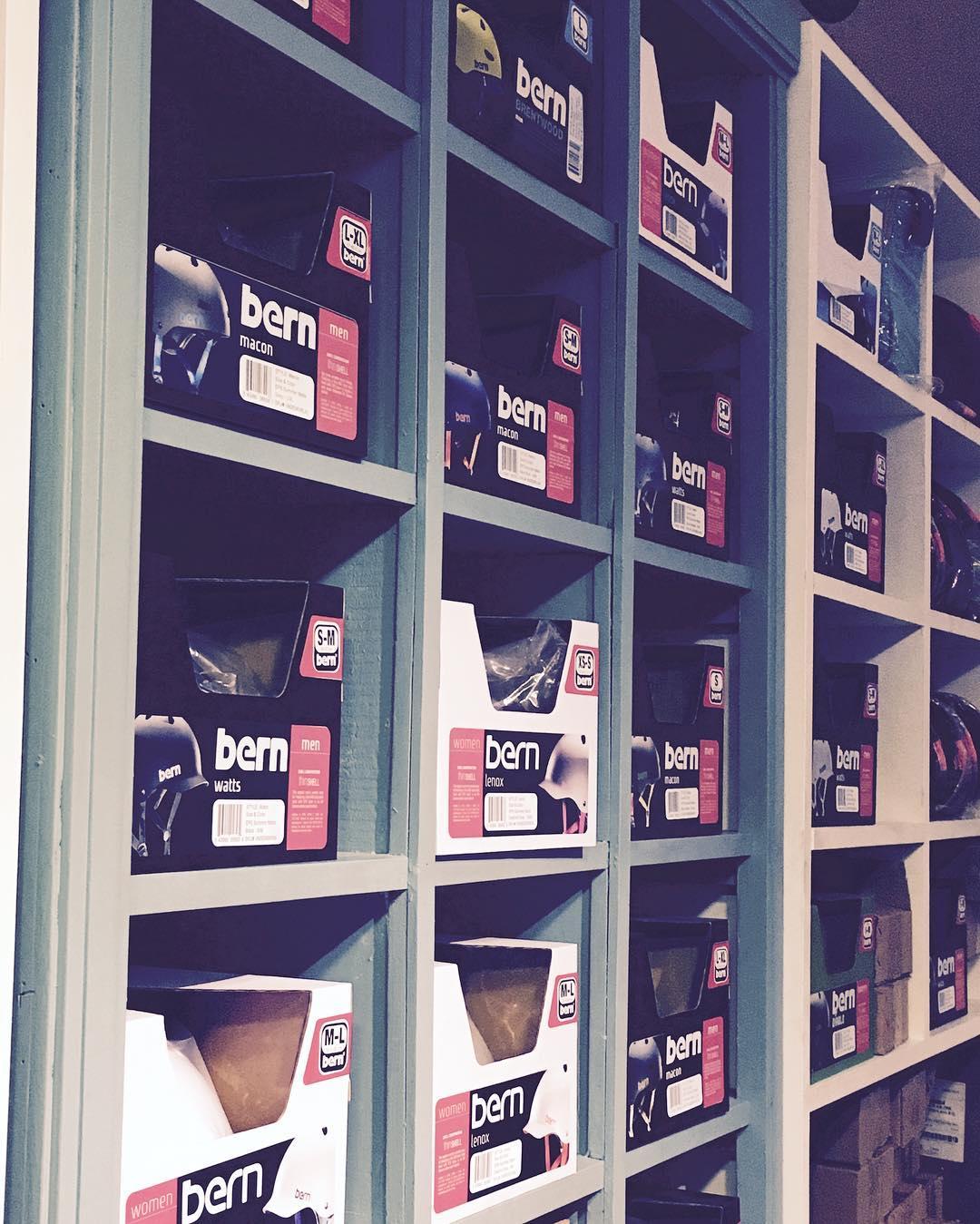 Llegaron los nuevos cascos BERN! #monochromebikes #ilovemymonochrome #bern