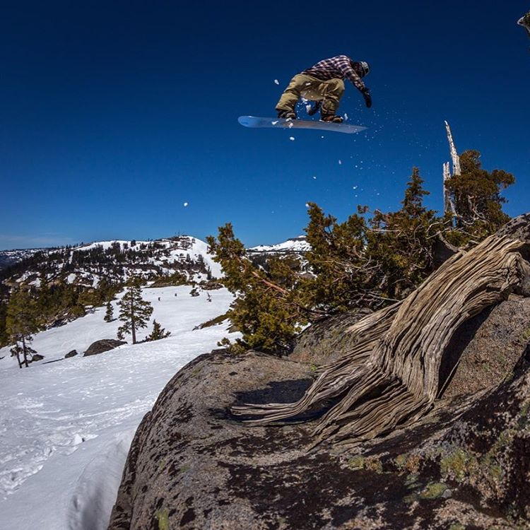 @lenzel_bossington (Lenny Mazzotti) back 1 with so much style #tahoebackcountry @fluxbindings @electric @volcomsnow @bear_mountain