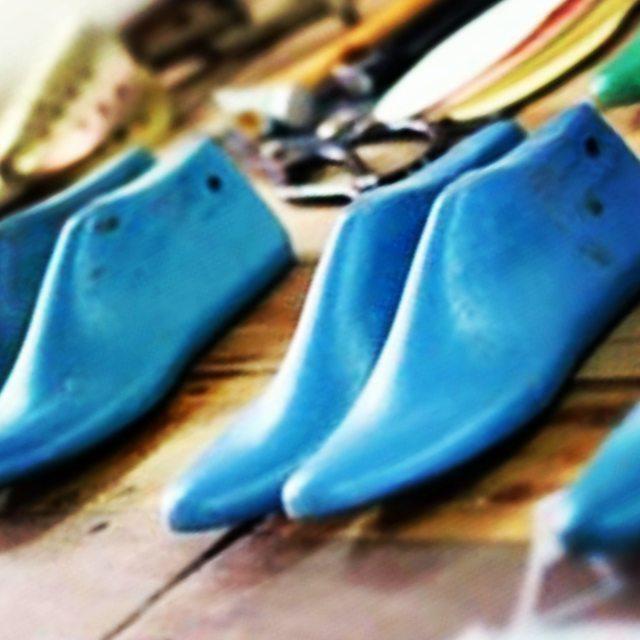 Todo empieza encintando la horma y dibujando sobre ella.  #atelier #diseñocalzado  #santoslugares