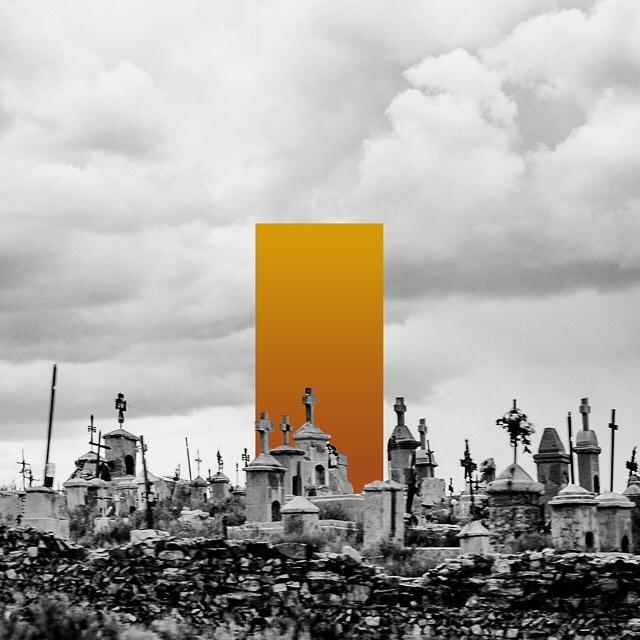 Uno de esos cementerios del altiplano que mezclan colores, cruces, cristianismo y pachamama.  #d39d05 - #a64e17