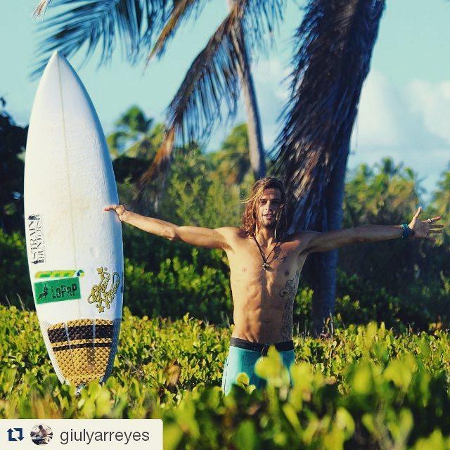 Keep Surfing GRIPS. Eleginos!  @giulyarreyes ・・・ somente nosso coração conhece o caminho da felicidade e da paz interior. surf é vida!!!! #surf #lifestyle #surfer #paradise #peace #happiness