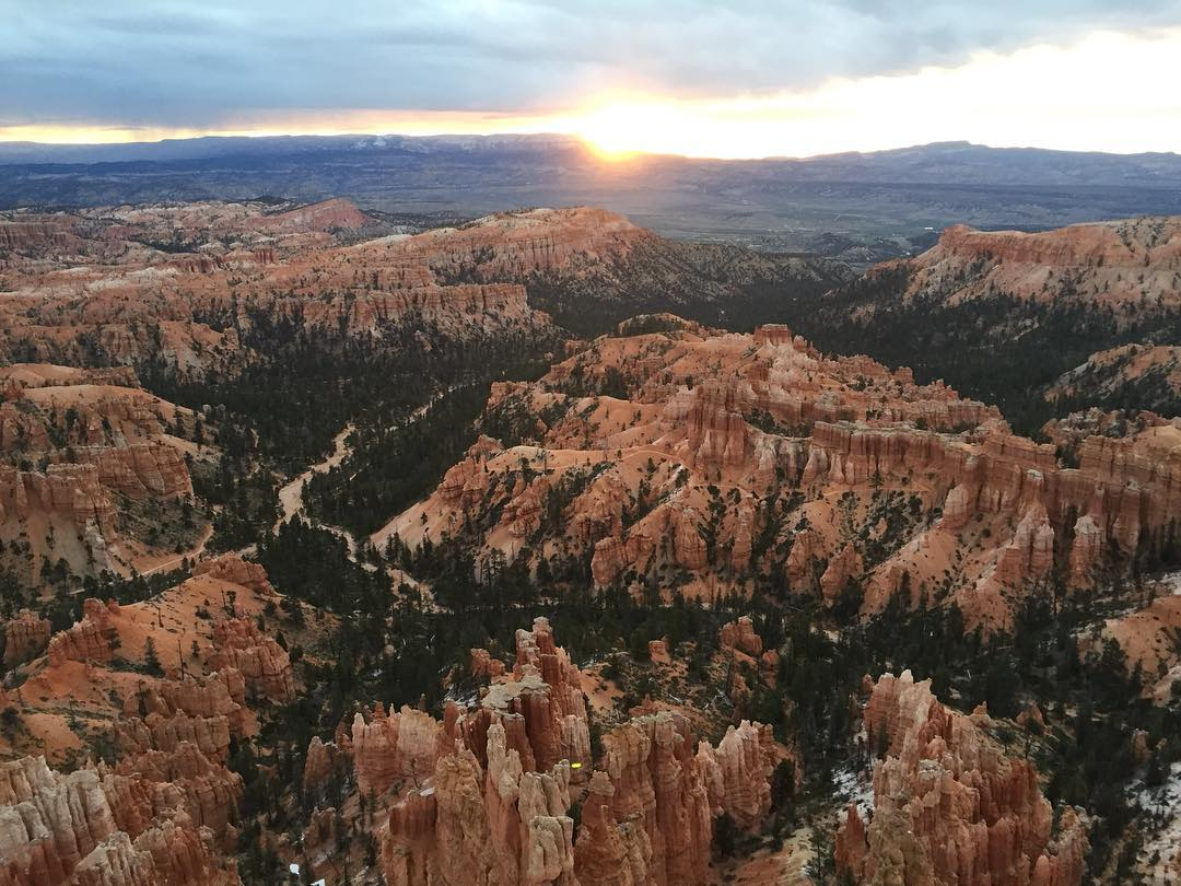Our team woke up early in Bryce Canyon to catch this beautiful sunrise. We had the serendipitous pleasure of meeting the founder of @5pieces_a_day and @toxicnaturestudios bright and early while gazing at this amazing view. Check out his impactful...