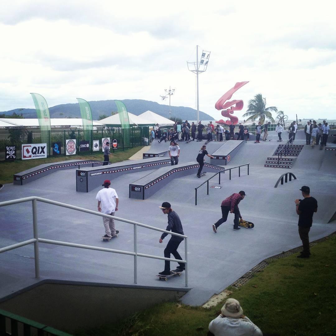 Muito skate e manobras de alto nívelnos treinos livres do #DamnAm Santos!  High level tricks here at #DamnAm Brasil in Santos!  @spottampa  #Qixnodamnam #Santos #SLS #skateboarding