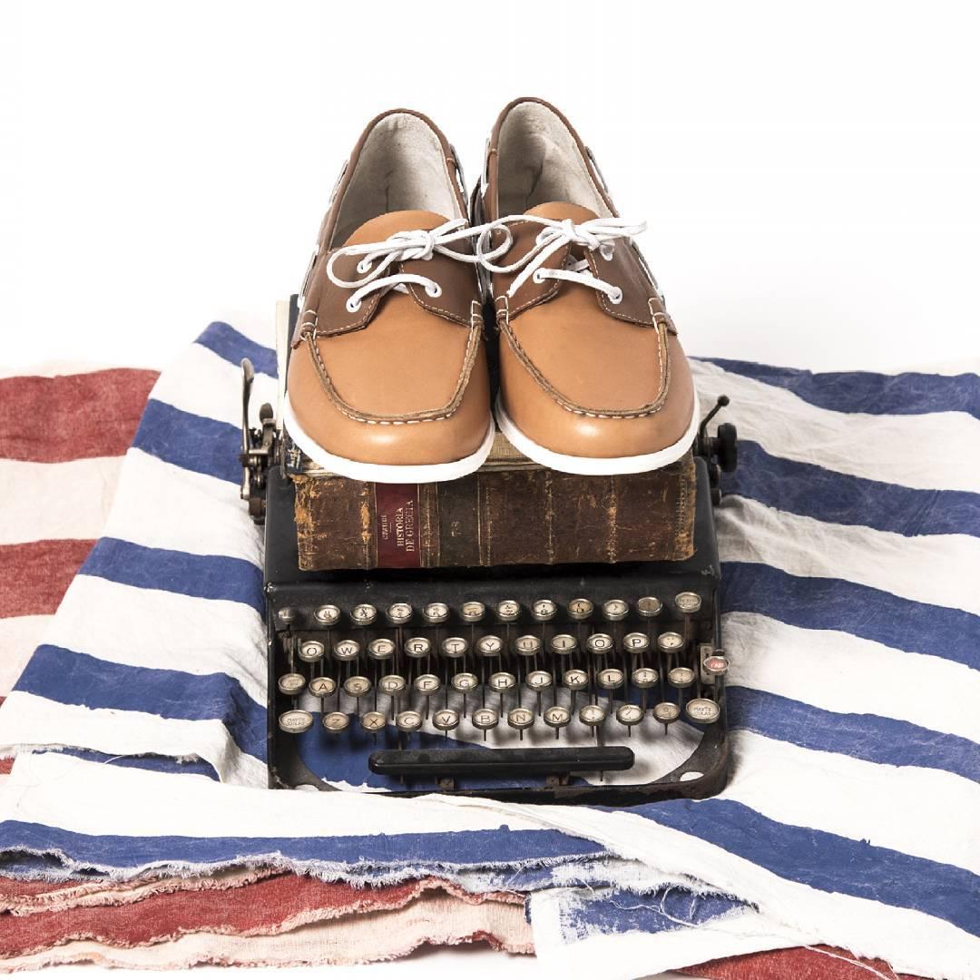 Domingo y estas corriendo para terminar la presentación de mañana; no te olvides que la primera impresión es lo que importa: Camel-Twins  #TwinsStyle #zapatos #trabajo #work #instapic #shoes #sailing #letters #marron #picoftheday