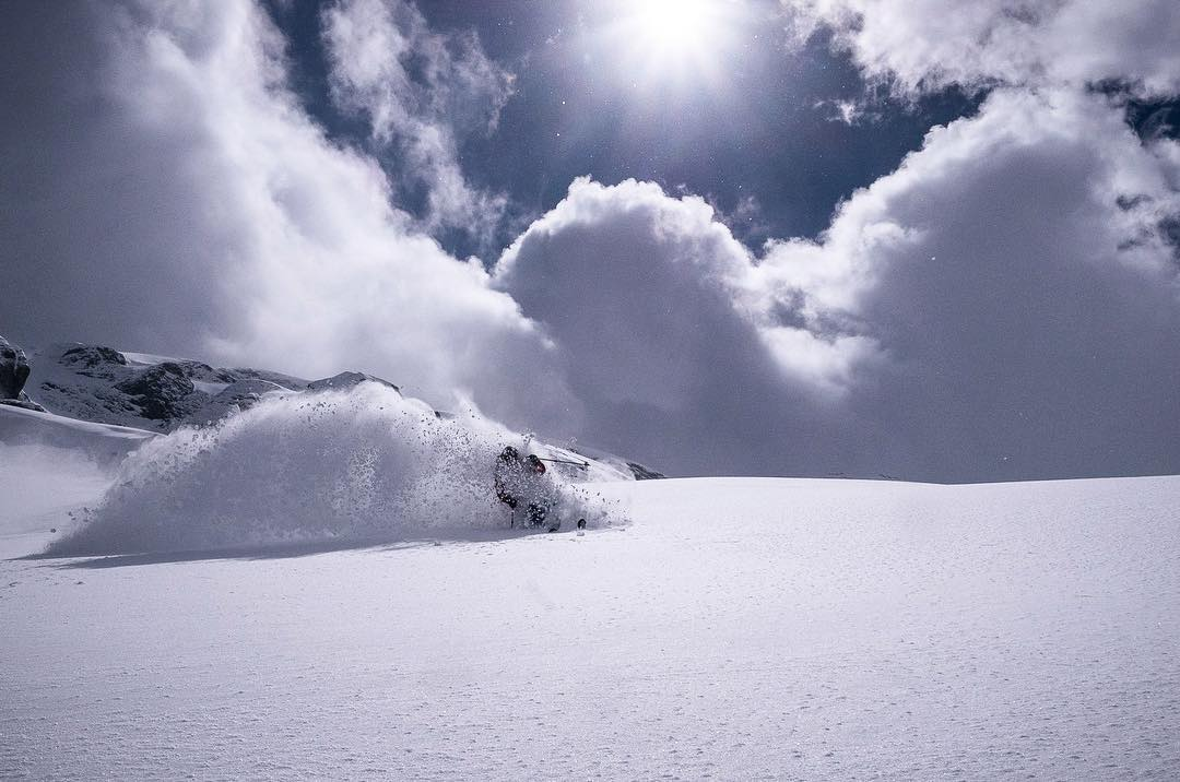 Is it pow time or tour time? The lines are blurred as massive late storms hit the central alps and western USA. @oskar_enander loses his camera pack and goes unencumbered on Lotus 138s in @skilodgeengelberg Photo: @mattiashargin #dpstourtime #dpspowtime