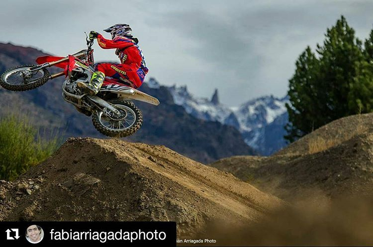 #Repost @fabiarriagadaphoto with @repostapp ・・・ He rides his bike like a boss! @jluzzardi17 @radikalracing #mx #motocross #mxgp #lifestyle #sport #pro #fly #color #mountains #mountain #scrub #jump #beautiful #amazing #landscape #south #photography...