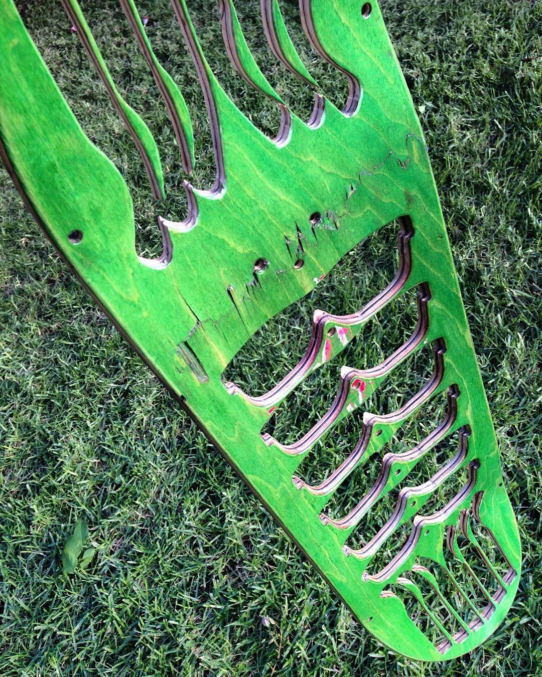 ♻️♻️ Así como trabajamos artesanalmente los anteojos , también trabajamos las tablas ♻️♻️ #art #skate #recycledwood #recycledskateboards #recycledsunglasses #skateart #sunglasses #recycled