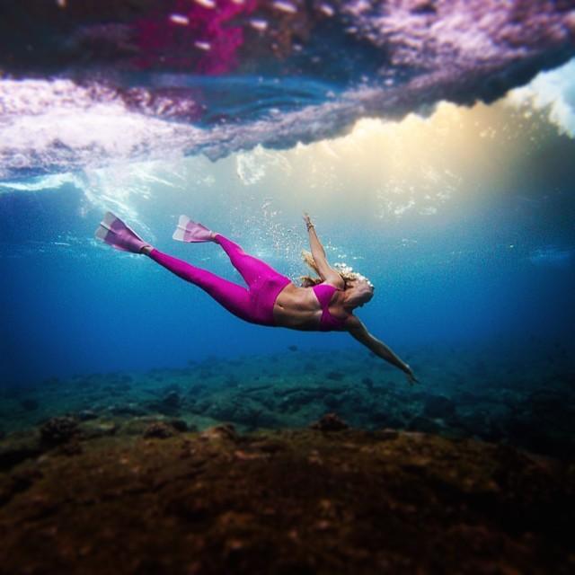 Into the pink • @alisonsadventures @teekigram @dafinhi @odinasurf #underthesea #sarahleephoto #underwatersunset