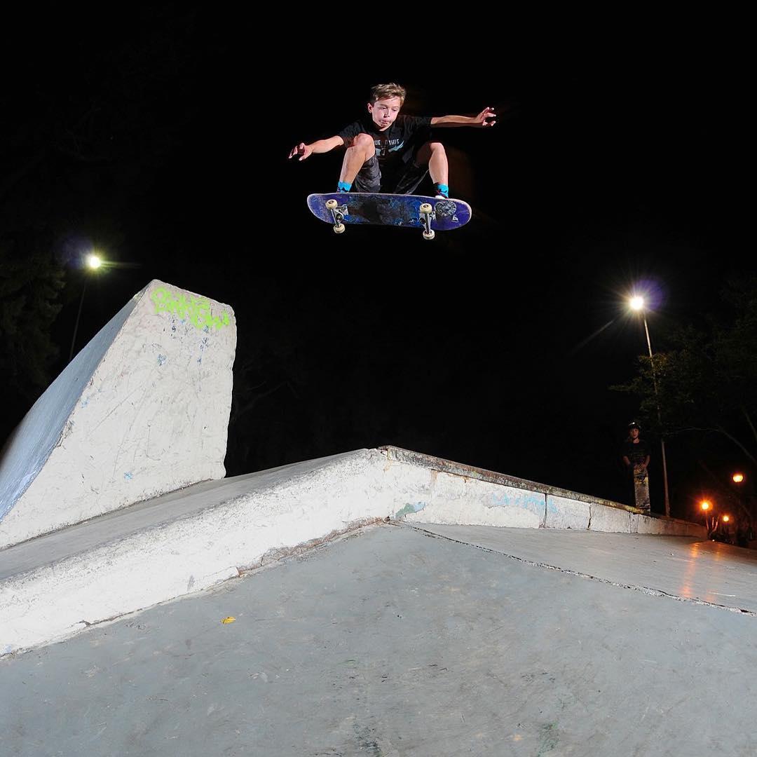 Bauti @bautistagaggero x @diegosanmartinphotos la adrenalina en una noche fría #volcomskate #truetothis