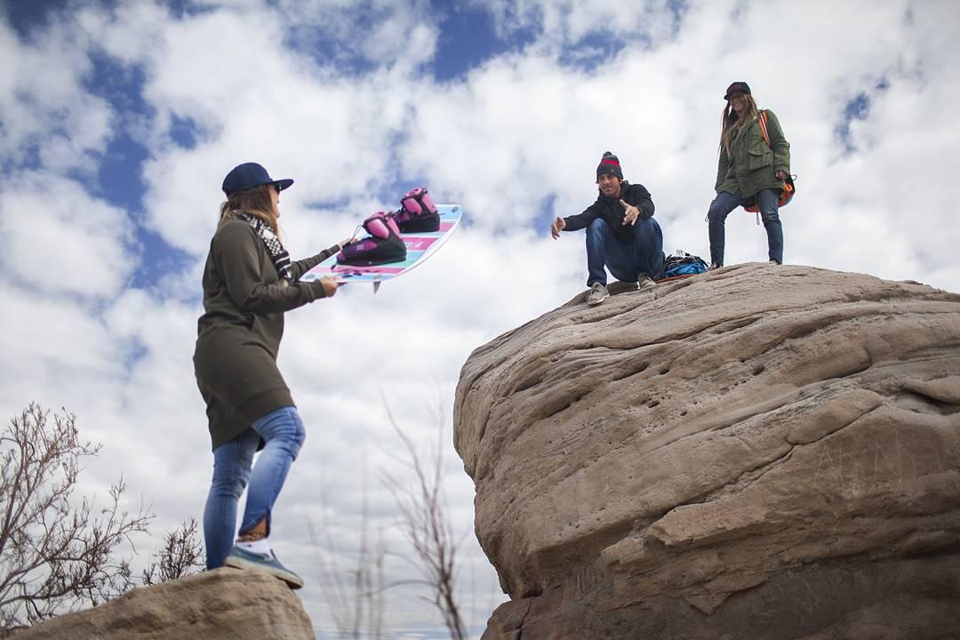 Día de caminata en busca del kite spot!! @agustinacerruti  y @edu_elli  pasamanos de tablas, nada los frena!! ☝
