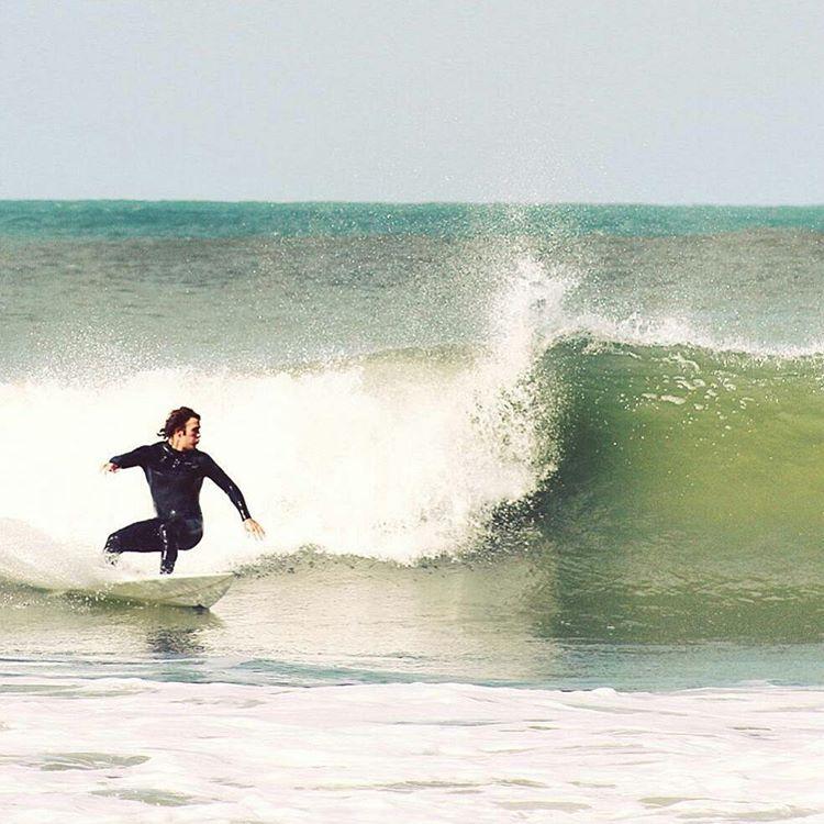 El pasado fin de semana entraron altas olas en nuestra costa y los amigos #mae lo disfrutaron así; @joe_carne en #lunaroja  #maetuanis #surf #surfing #costaatlantica