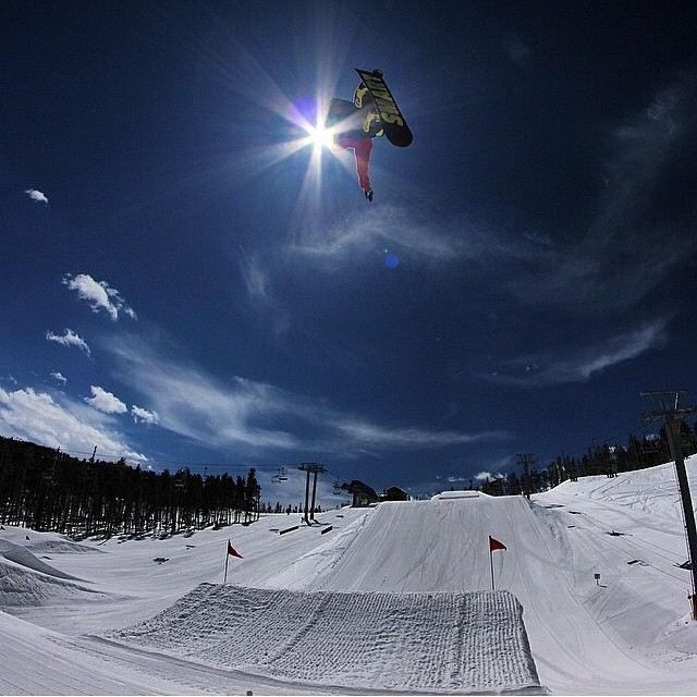 Boosting into the sun @keystonea51 . Was a great season in the #Rockies with plenty of Shnow. R: @algaee . @keystone_resort