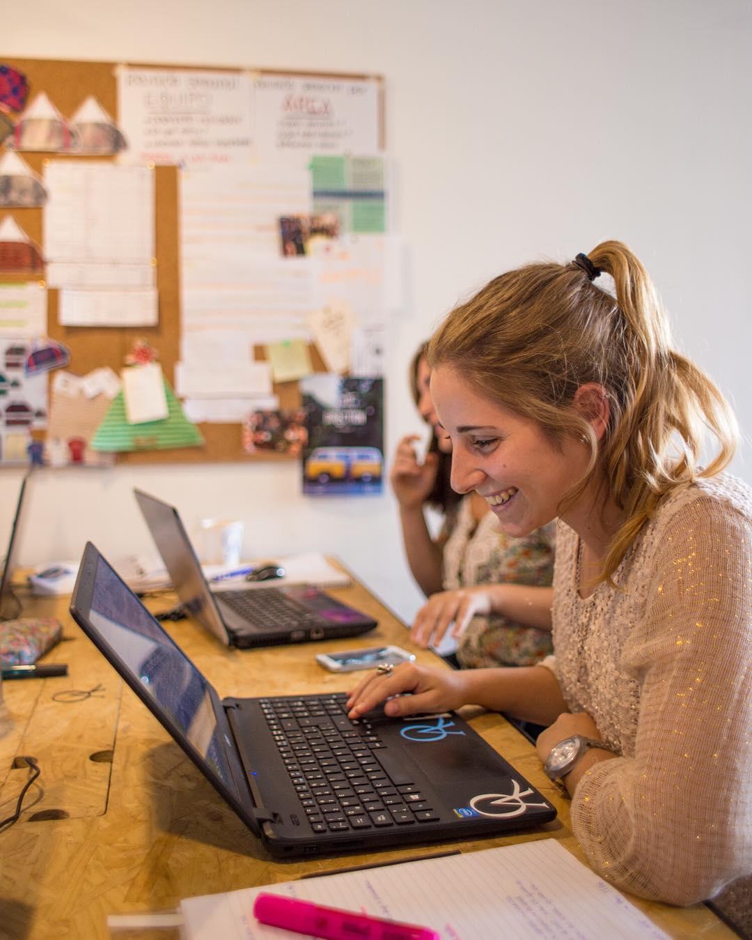 Fabricamos una actitud que se transmite y se contagia. Trabajamos con pasión y eso se nota en nuestros productos.  #amarloquehaces #actitudQA #office #teamwork
