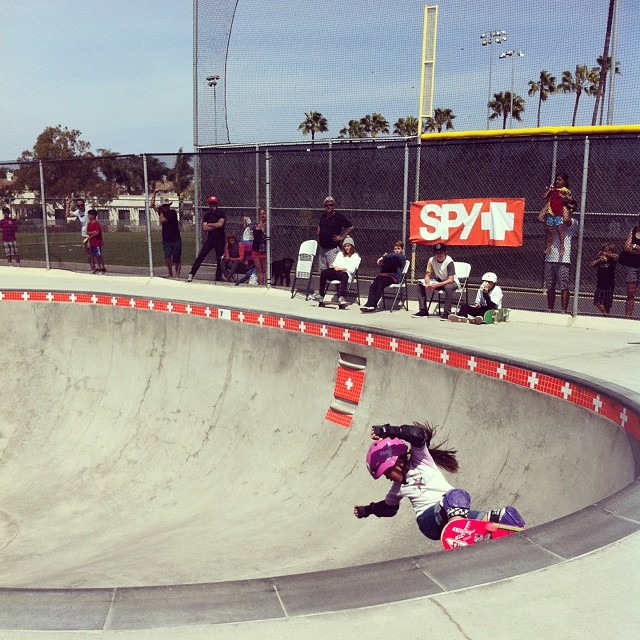 Small girl, big bowl! frontside grinds at both shallow and deep ends #littleripper #encinitas #ymca #socal #pinkhelmetposse