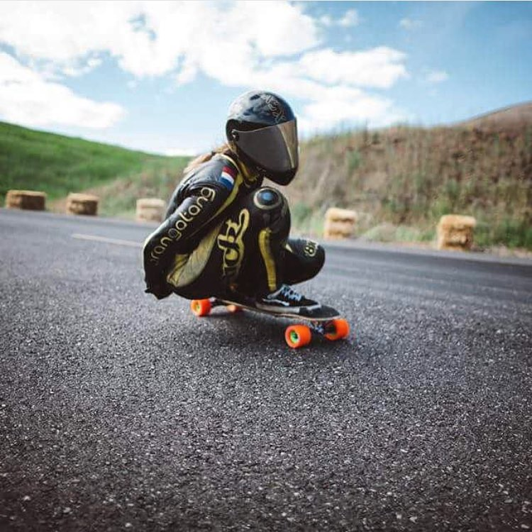 Happy bday to this rad lady! @spokywoky we hope you're having a great one! Gros bisous! @carlkevinton for @skatography. We love your photos Carl! #longboardgirlscrew #womensupportingwomen #skatelikeagirl #spokywoky #downhillskateboarding #longboard...