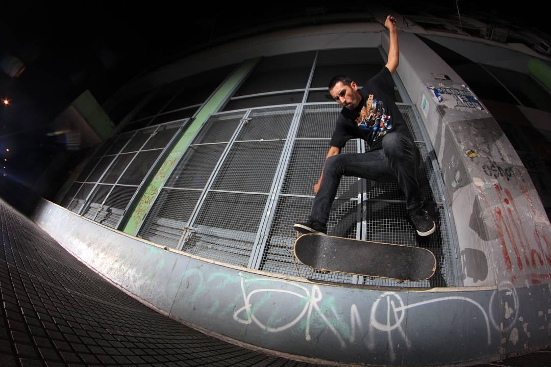 Daniel Marquez haciendo un flip bs 50 50 en un borde del micro centro porteño