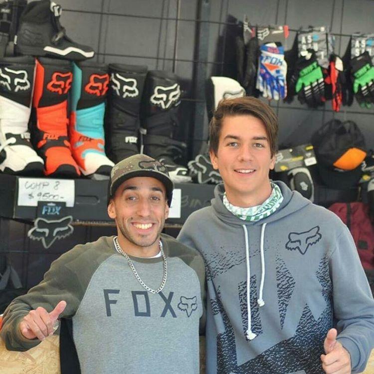 Nuestro amigo @juancaminos199 en el Fox Guerrilla Store en el #MxGP @tete.garagorri  #teamfox #100motocross #foxheadargentina