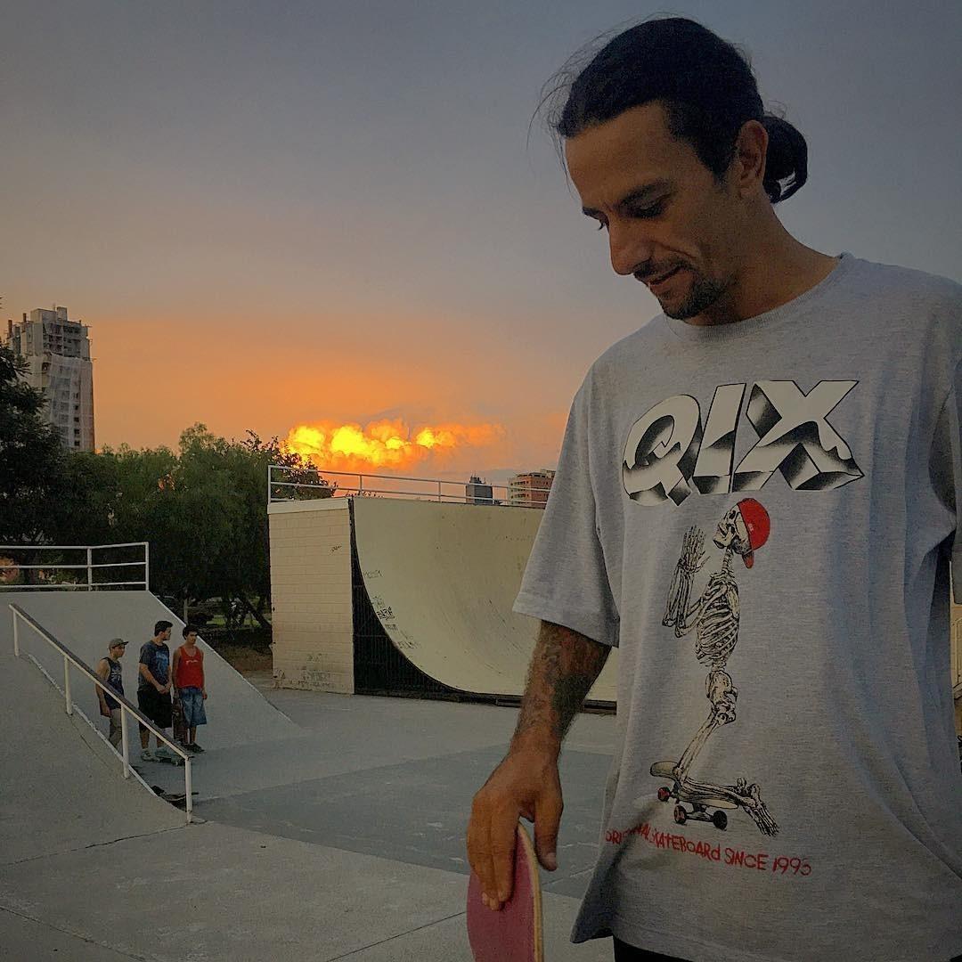 Skate no pé, camiseta Qix Rock Art no peito e um sunset incrível no céu!  @rodrigoleal  Garanta a sua em nossa loja online ou nas revendedoras em todo o Brasil  #Qix #StreetStyle #Skate #Sunset