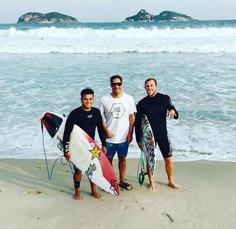 """Mariano Persello ya esta disfrutando de las Olas de Rio de Janeiro. Entrenando y disfrutando del OiPro nos cuenta sobre las condiciones de Barra da Tijuca. """"Poco a poco mejoran las condiciones, ya estamos instalados ahora a disfrutar""""  #gotcha #surfing..."""