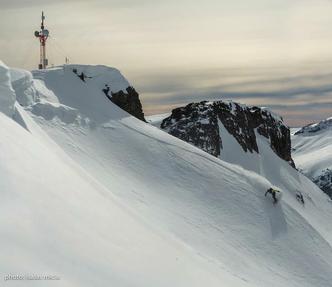 Un pibe con suerte.  Manu Albisu Ph.  Isaias Miciu  #snowboarding #freeride