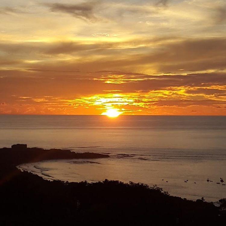 Nunca se enfurece... menos mal. #allnatureshots #arte_of_nature #sunset #atardecer #estaes_america #mytravelgram #descubrecostarica #ig_costarica #tamarindo #nikon #d3100 #fotografia #picoftheday #agean_fotografia #pic_groups #ig_great_pics...