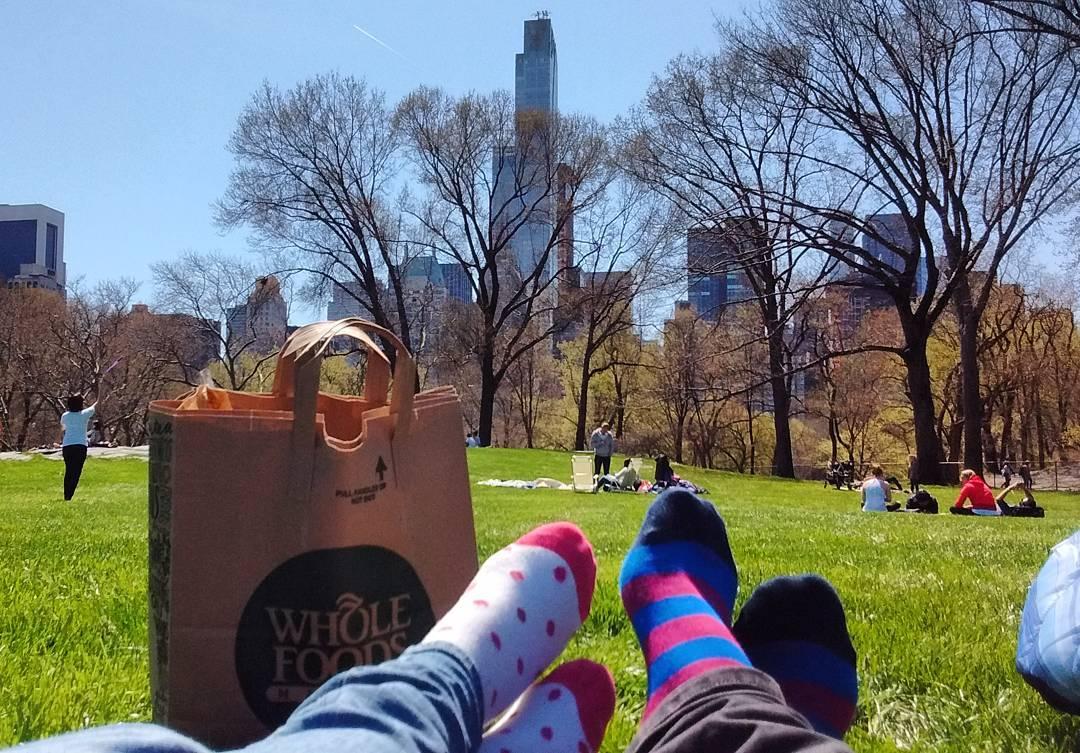"""Viste eso que llaman """"relajarse""""? Bueno, eso  #Vacations #NYC #CentralPark #Nap #WholeFoods #Picnic #Pastelito"""