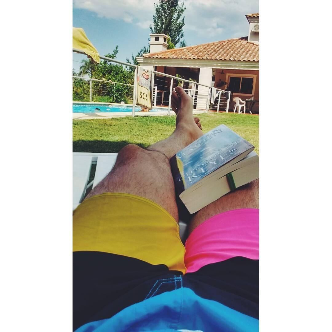 "Eso que llaman ""mala vida en familia""... #Summer #Family #Books #Pool #Relax"