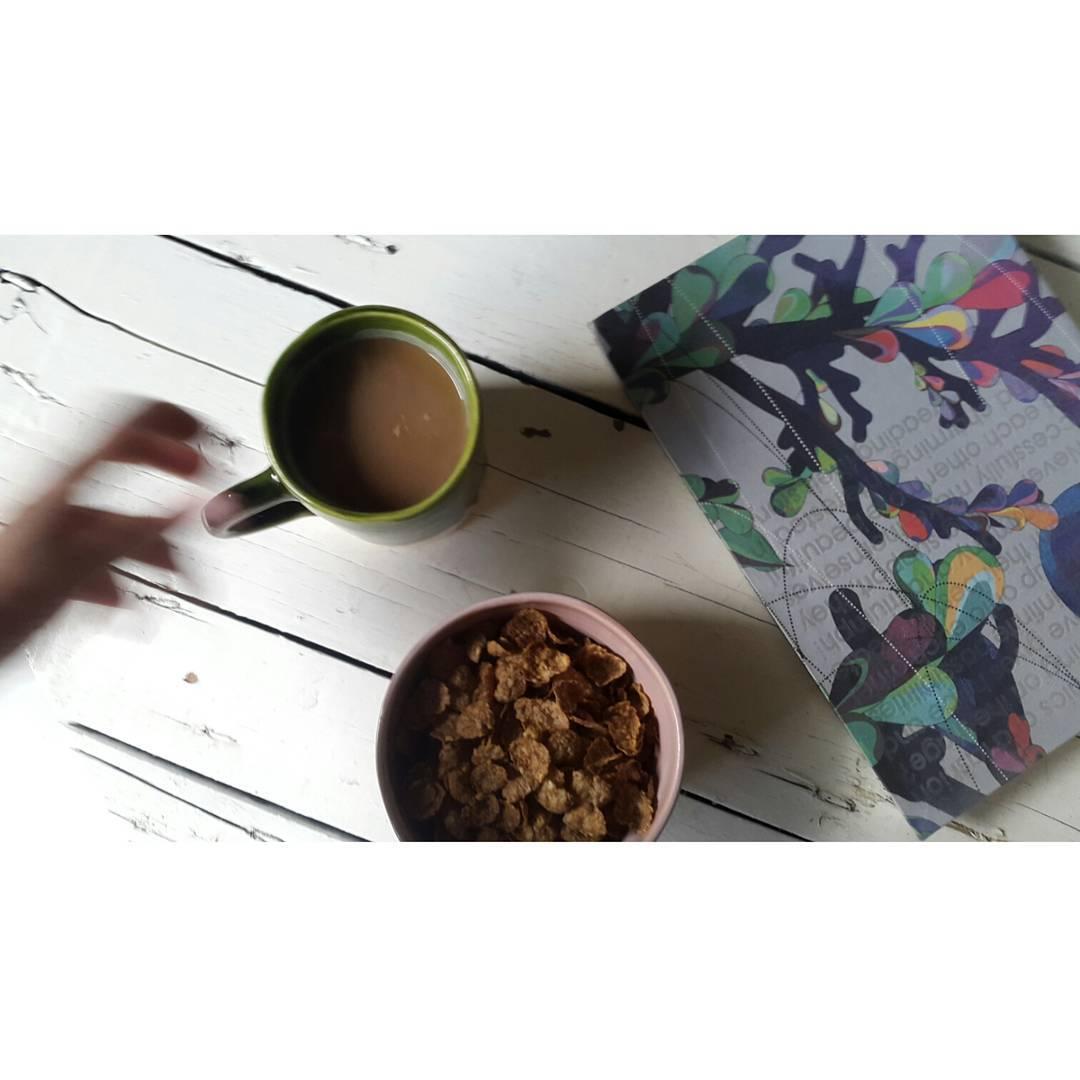 Desayuno en nuestro estudio con Taza verde y Bowl rosa de #casamambo. Buen día !