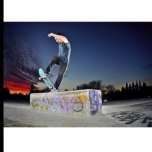 @volcomargentina Esperamos que haya tenido un gran fin de semana largo! Arrancamos con una tremenda imagen de @caswellberry amigo de la casa! #Volcom # skate #frontblunt