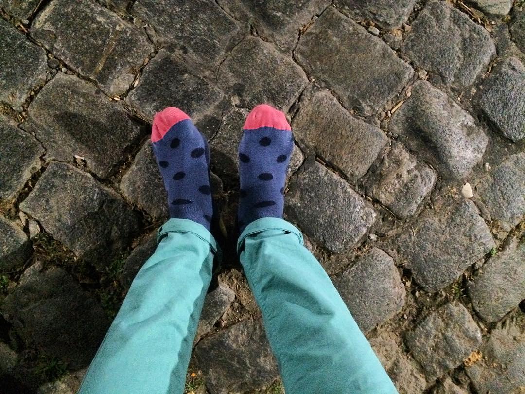 Arrancar el viernes sin zapatos pero con medias cancheras #Viernes13 todo puede pasar