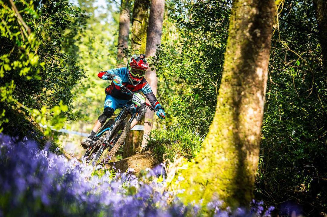 Spring in the air... Both the fans and bluebells were out in full force at this weekend's Emerald @world_enduro Check out the full gallery from the Lapierre Gravity Enduro Team >> SixSixOne.com/Blog... #SixSixOne #661Protection Photo Jérémie Reuiller...