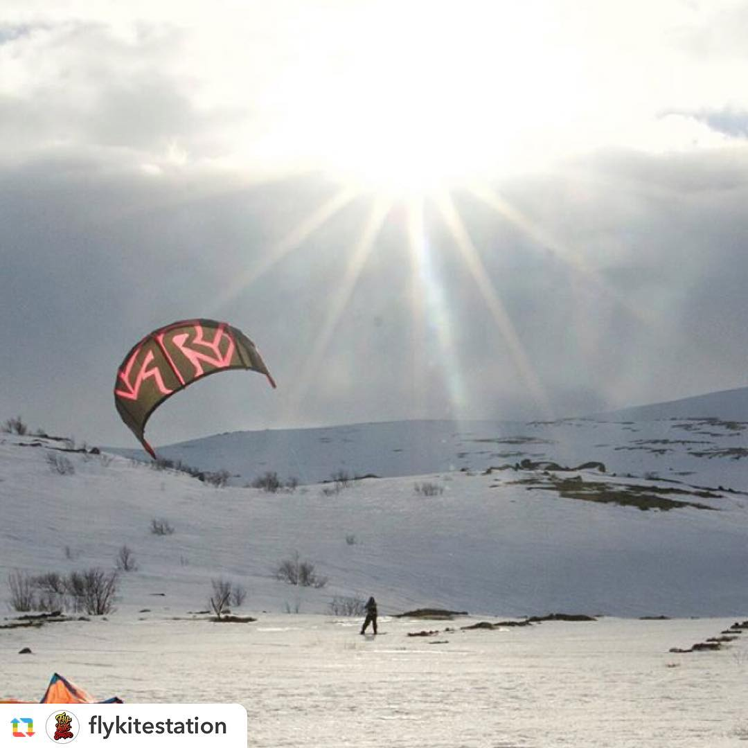@flykitestation:Sunny Vari  #Teriberka #snowkitecamp #snowkite #кайт #сноукайтинг #thekiteshot #varikites #russia