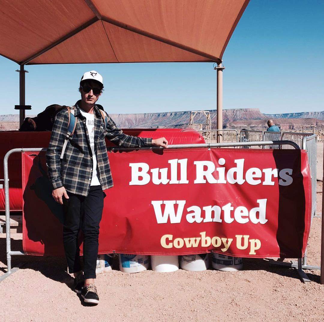 Riders que viajan riders que se encuentran con carteles de wanted. Nos buscan por el mundo. Gracias @josedeelias por pensar en nosotros en tu viaje! #bullriders #wanted #california #trip #cups