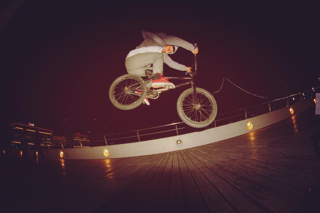 Bunny hop por la noche ⛄️⛄️!! #winkshoes #bmx #lifestyle #night #city #bike