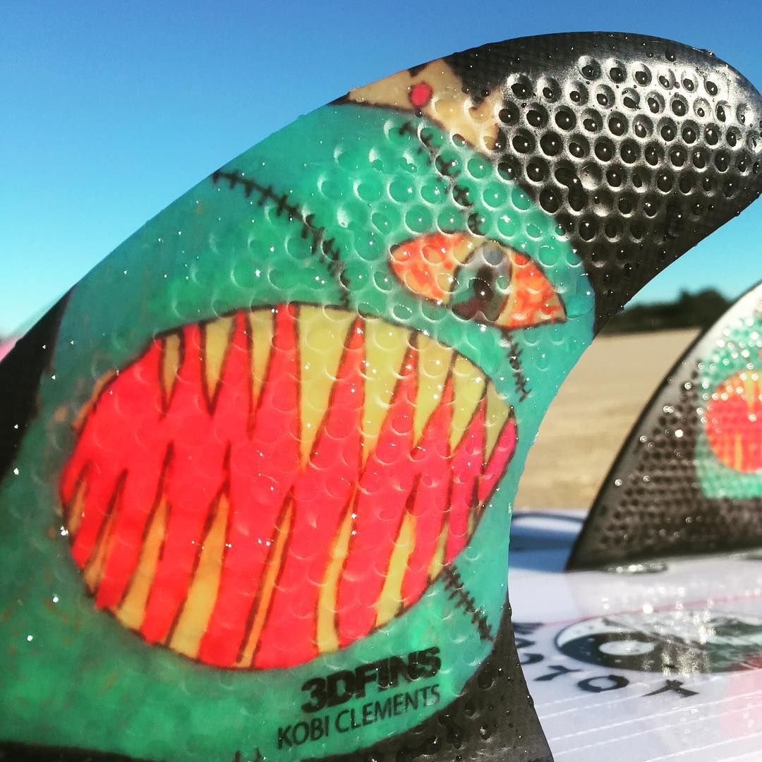 Raaahhhhhh Kobi Clements insane art on 3DFINS featuring Dimple technology. A super Grom fin for super groms. Available soon for more info contact info@3dfins.com #dimpletechnology #3dfins #3dfinsusa #3dfinsjpn #innovation #3dfins_br