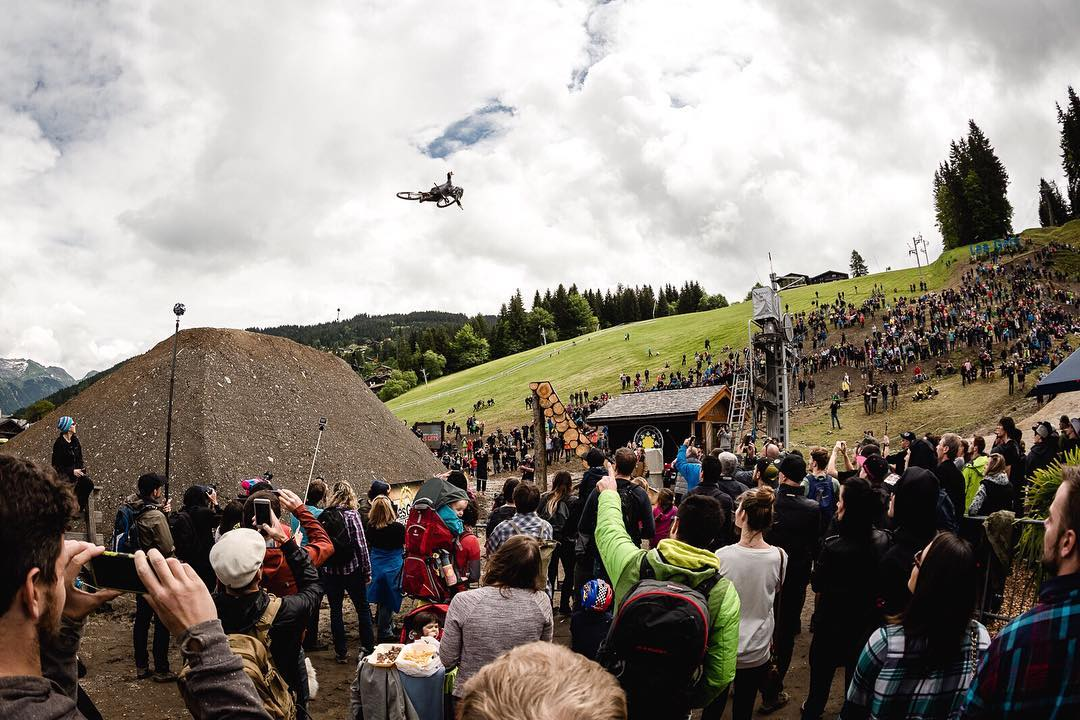 #Crankworx #LesGets throwback  @tomaslemoine  brimming with style, boosted three over the final trick jump Photo  @davetrumporephoto  #SixSixOne #661Protection #ProtectFun
