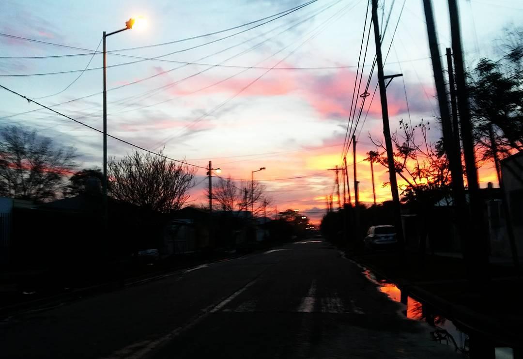 7:34 am. Diez minutos a puro color. Bueen díaa.  #buendia #buongiorno #goodmorning #cielo #sky #amanecer #sunrise